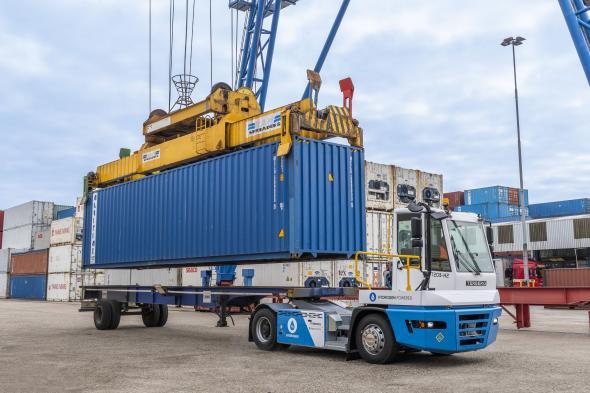 Den här Terberg YT203-H2-terminaltraktorn med vätedriven motor utsätts för hårda tester på hamnområdet i Rotterdam.