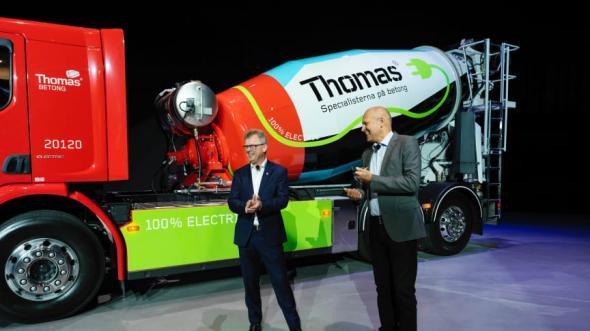 På bilden från vänster:Roger Alm vd Volvo Lastvagnar, Hans Karlander vd Thomas Concrete Group.