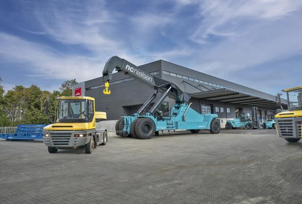 Med utgångspunkt i kundanpassad rådgivning, hög servicekvalitet och specialanpassade lösningar säljer N.C. Nielsen Terberg terminaltraktorer, Konecranes truckar och reachstackers samt trailers och utrustning för tungt gods i hela Skandinavien.