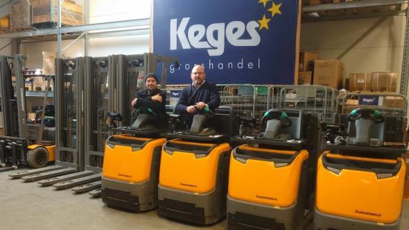 Keges Grosshandel valde litiumjontruckar från Jungheinrich. I bild: Patrik Norberg, teamledare, till vänster och Magnus Palmgren, grossistchef, till höger.