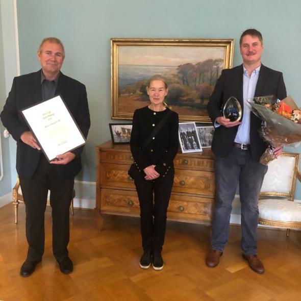 Ordförande i Godstransportrådet Skåne/Blekinge tillika landshövding i Skåne län, Anneli Hulthén, flankerad av prisvinnaren Mertz med Thomas Frej t.v. och Karl-Johan Mertz t.h.