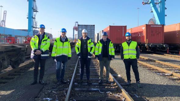 Nikolas Rowland på First Row Shipping & Logistics AB, Mikael Nyman på CFL Cargo Sverige AB och Henrik Horndahl, Svante Altås och Homam Mansour på APM Terminals Gothenburg firar avgången av det första pendeltåget till Piteå.