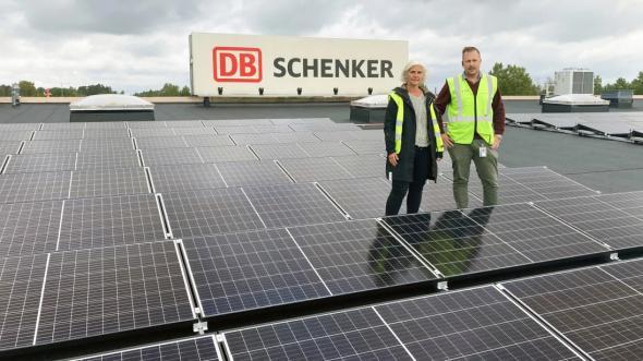 Marie Sjöholm, förvaltare på Schenker Property och Marcus Blomqvist, terminalchef i Skara.