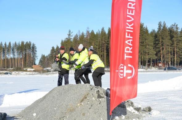 Det symboliska spadtaget gjordes av Trafikverkets regionala direktör Helena Eriksson, Bodens kommunalråd Claes Nordmark, Luleås kommunalråd Lenita Ericson samt regionrådet Nils-Olov Lindfors.