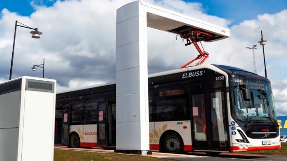 Med hjälp av pantografladdaren, som går ned på busstaket, kan bussen snabbt laddas vid hållplatserna.