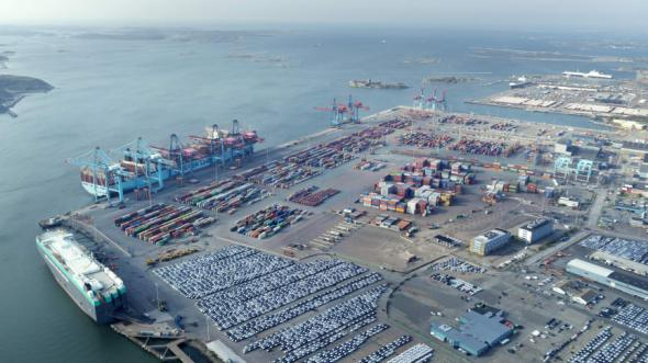 6000 fartyg och en miljon lastbilar trafikerar Göteborgs hamn varje år.